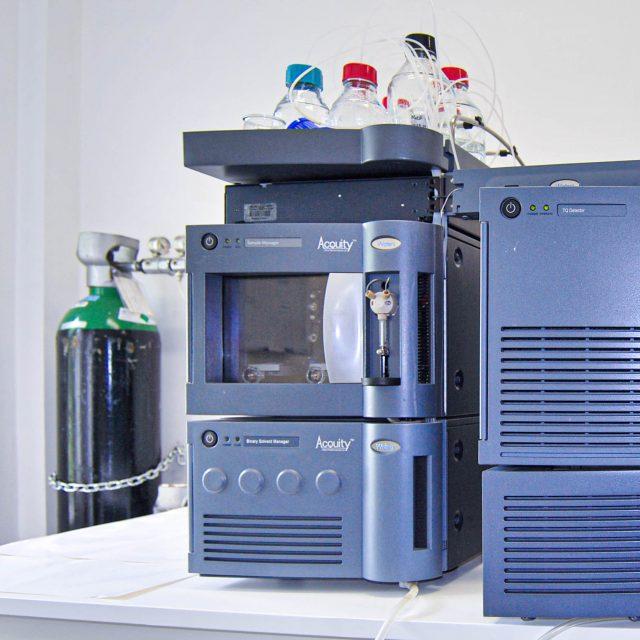 UPLC Waters® ACQUITY UPLC com amostrador automático. Espectrómetro de massa de tipo triplo quadrupolo Waters® ACQUITY TQ. Este equipamento foi financiado pela Fundação para a Ciência e Tecnologia e Portugal 2020 (LISBOA-01-0145-FEDER-402-022125)