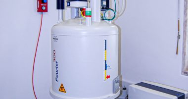 Espectrómetro Bruker® - Biospin Fourier 300 MHz (7.1 T) com sonda de 1H & 13C (5 mm)