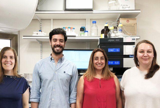 Equipa de investigadores da Faculdade de Farmácia da Universidade de Lisboa (FFUL) e Faculdade Sackler de Medicina da Universidade de Tel Aviv (U. Tel Aviv) que lideraram o estudo publicado na revista Nature Nanotechnology, DOI: 10.1038/s41565-019-0512-0 https://www.nature.com/articles/s41565-019-0512-0 Da esquerda para a direita: Helena Florindo (FFUL), João Conniot (FFUL), Ronit Satchi-Fainaro (U. Tel Aviv) e Anna Scomparin (U. Tel Aviv)